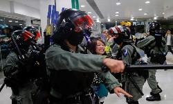 HONG KONG Manifestantes atiram Flechas e Polícia alerta que poderá usar Munição Real